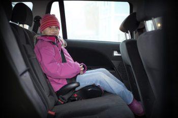 Tjocka kläder kan försämra barnens säkerhet i bilen
