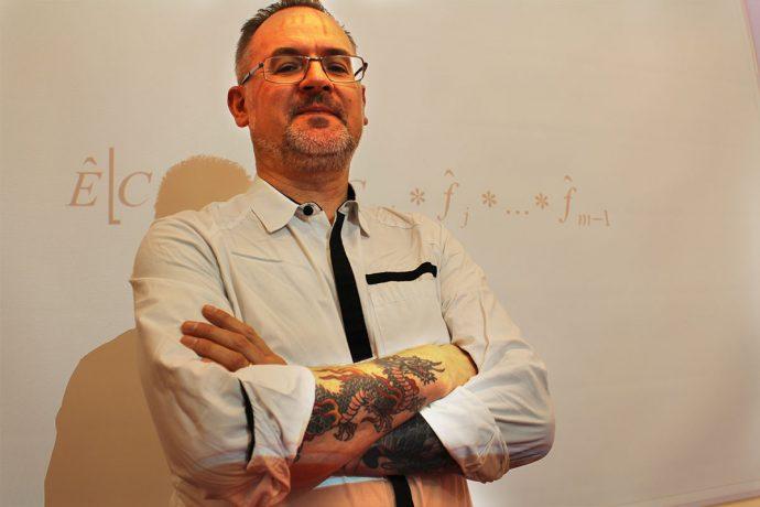 Artur Chmielewski, chef för Aktuariefunktionen på Folksam Sak, framför en matematisk formel som han ofta använder på jobbet.