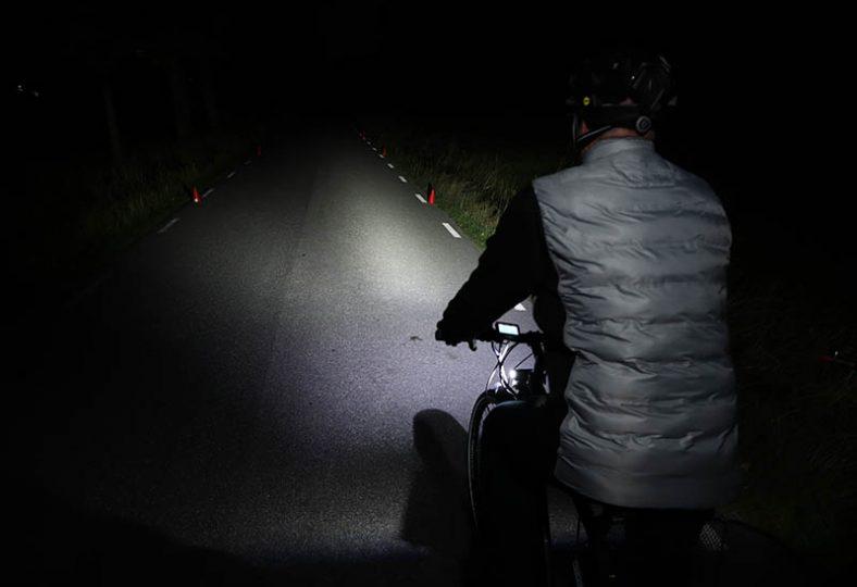 Mörker och bristande vägunderhåll kräver bra cykellampa